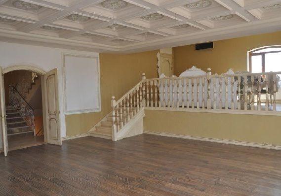 Первый этаж лестницы из массива бука