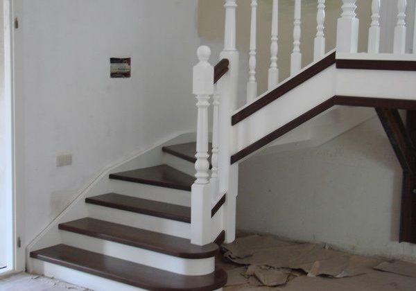 Входная зона лестницы из ясеня с перилами бук