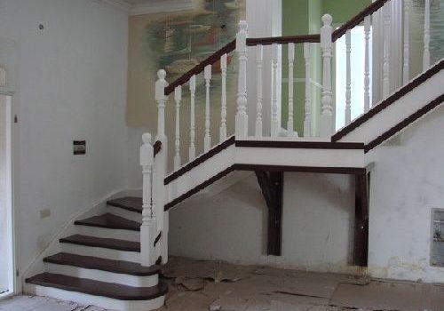 Входная зона, вид спереди, лестница из ясеня