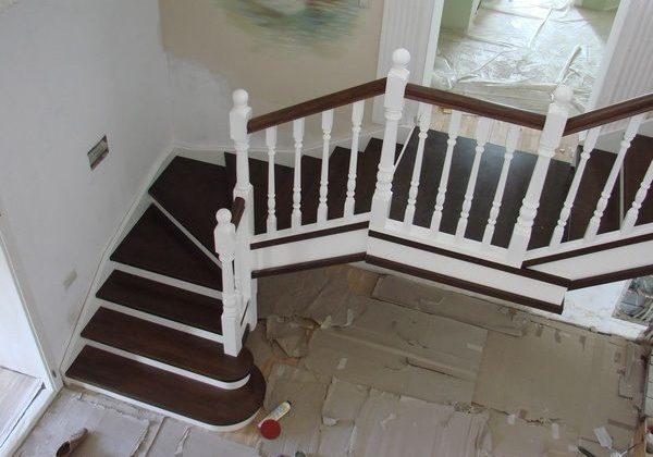 Входная зона, вид сверху. Лестница из ясеня с перилами бук