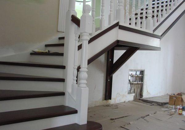Забежной столб и ступени для лестницы из ясеня