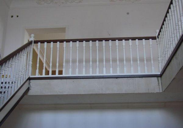 Ограждения второго этажа лестницы из ясеня с перилами бук
