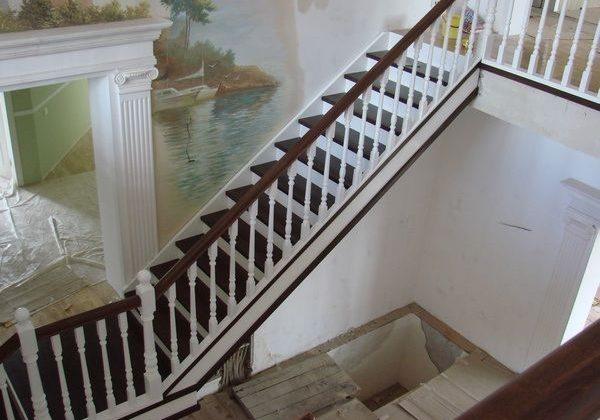 Красивая лестница из массива ясеня
