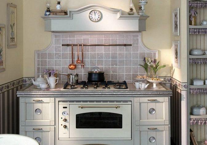 Маленькая белая прямая кухня,прованс