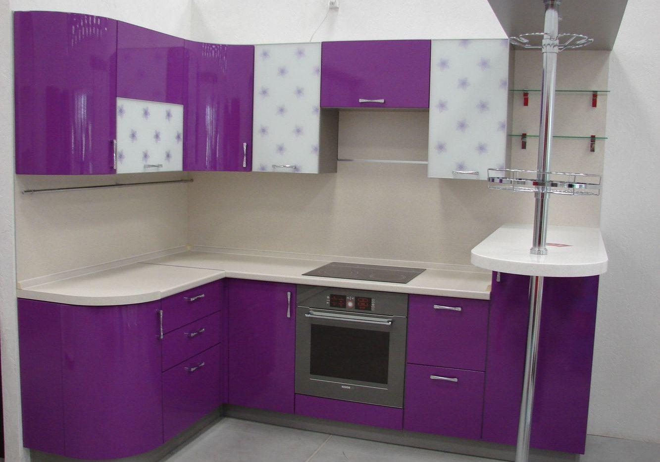 Маленькая бело-фиолетовая кухня с барной стойкой