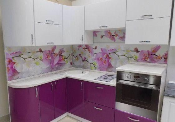 Маленькая бело-фиолетовая кухня угловая эмаль глянец