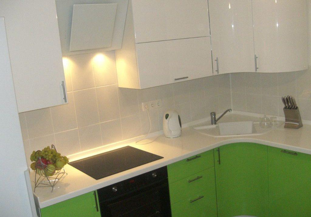 Маленькая бело зеленая кухня