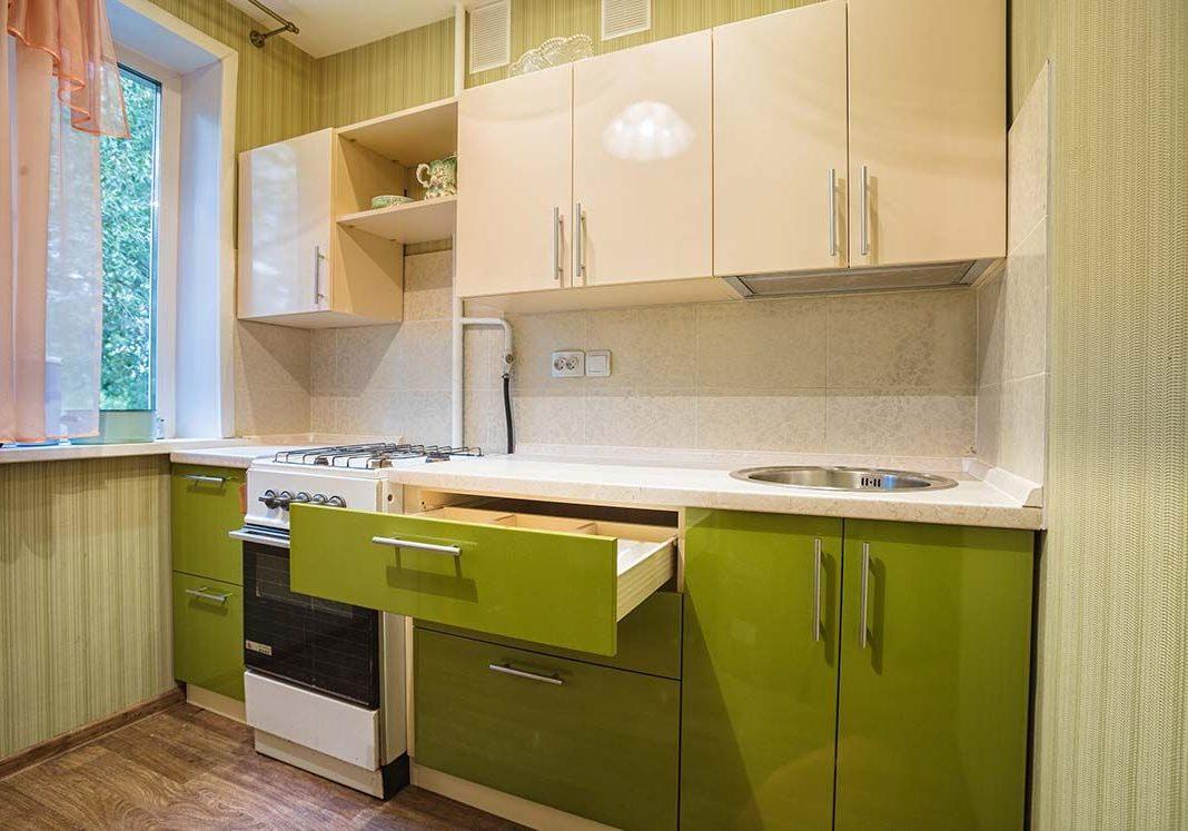 Маленькая бежево-зеленая кухня с фасдами МДФ пленка глянец