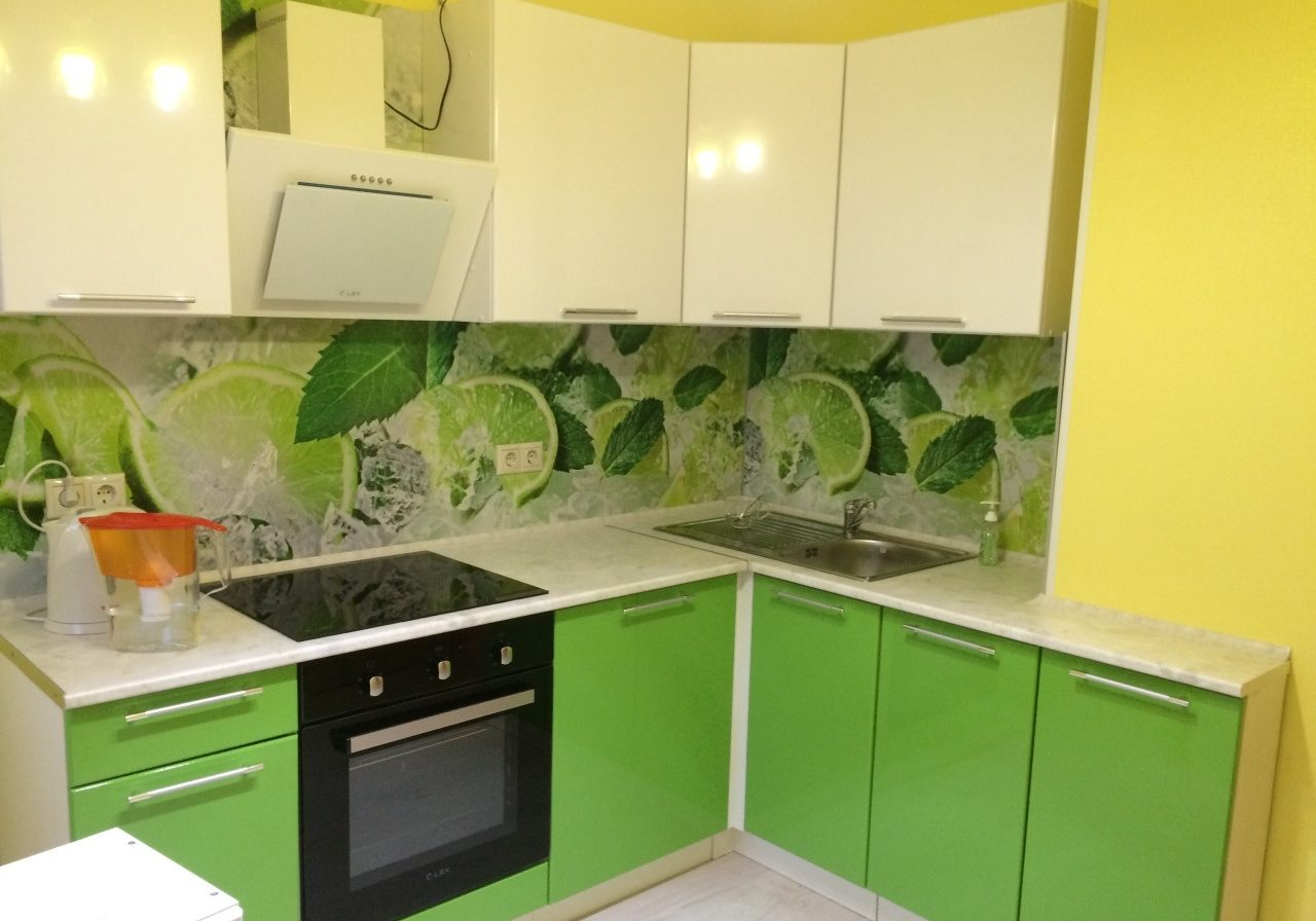Маленькая бежево-зеленая кухня, угловая