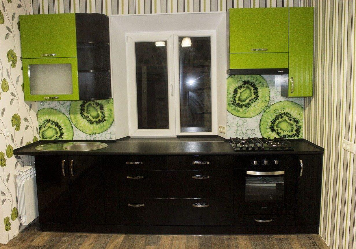 Маленькая черно-зеленая кухня с крашенными фасадами под окно