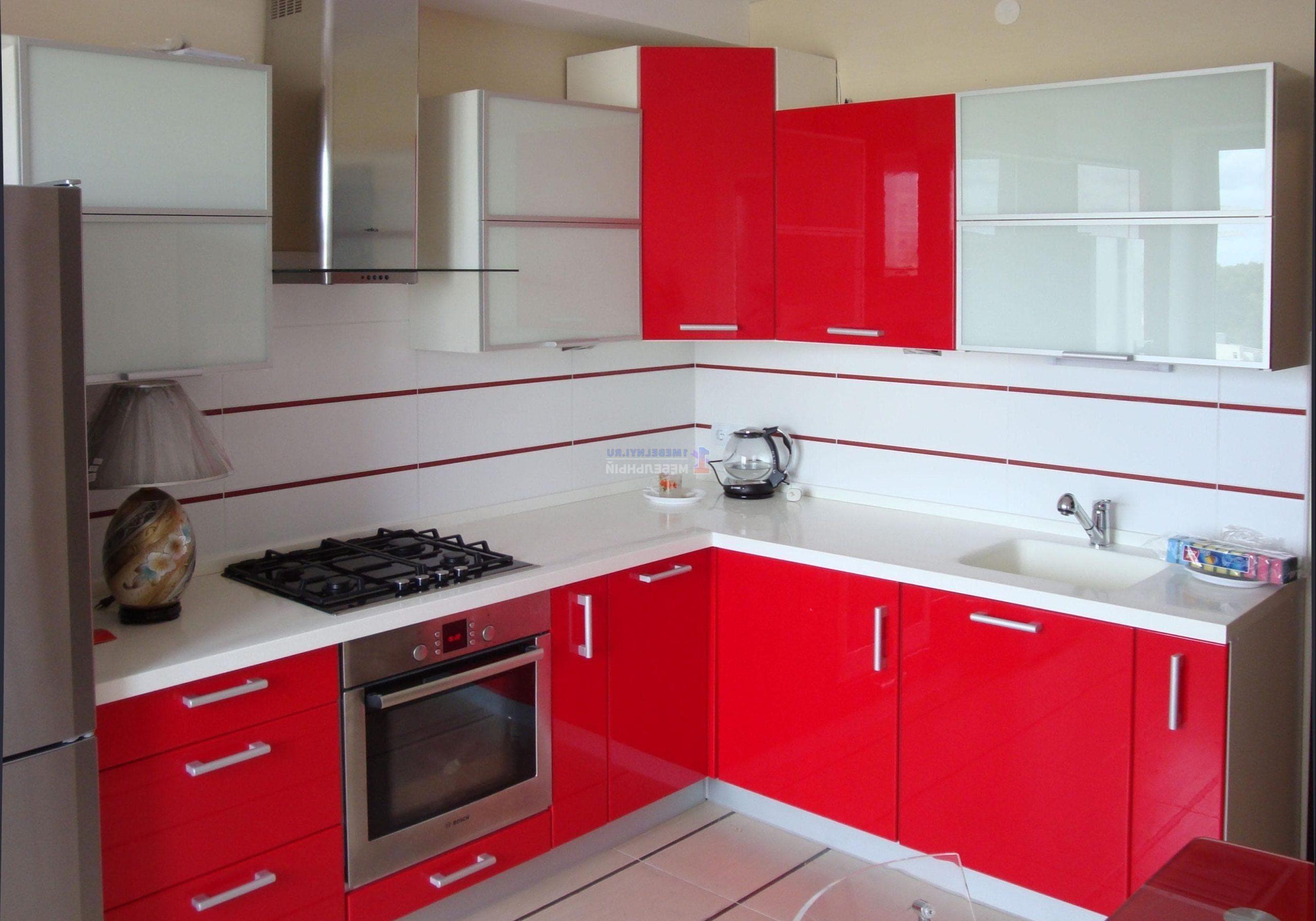 Маленькая красно-белая кухня, угловая, со стеклом