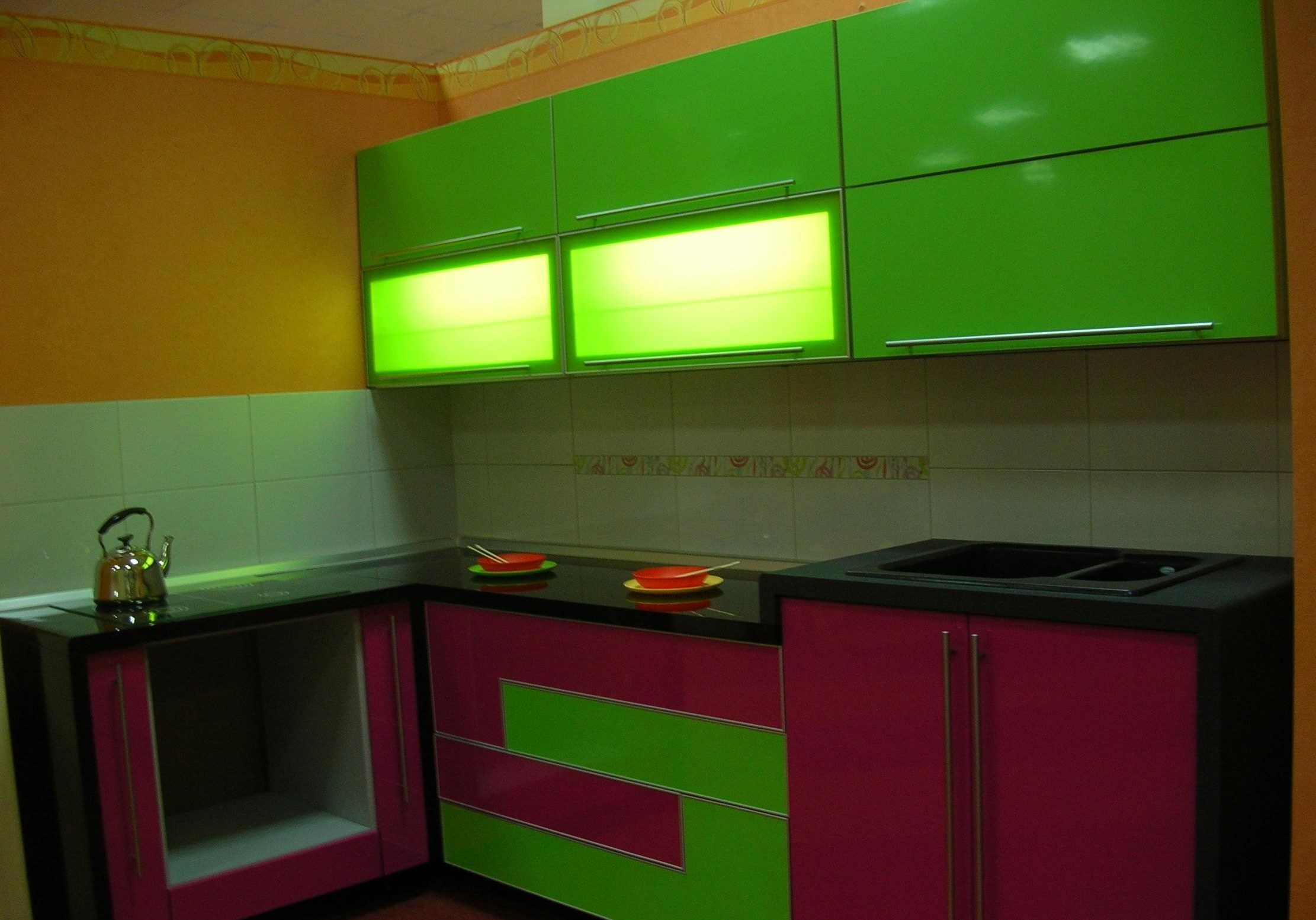 Маленькая красно-зеленая кухня, пластик, угловая