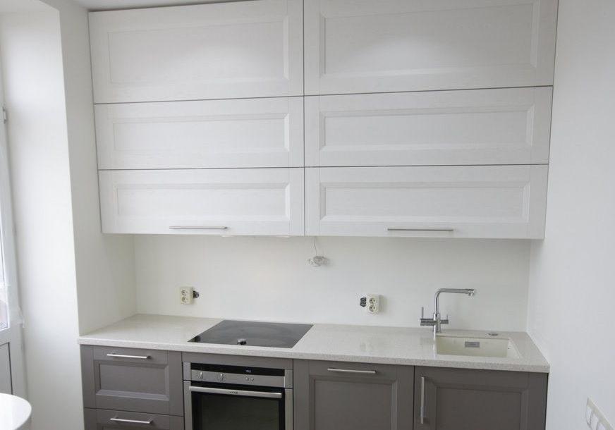 Маленькая кухня модерн белая с серым, прямая