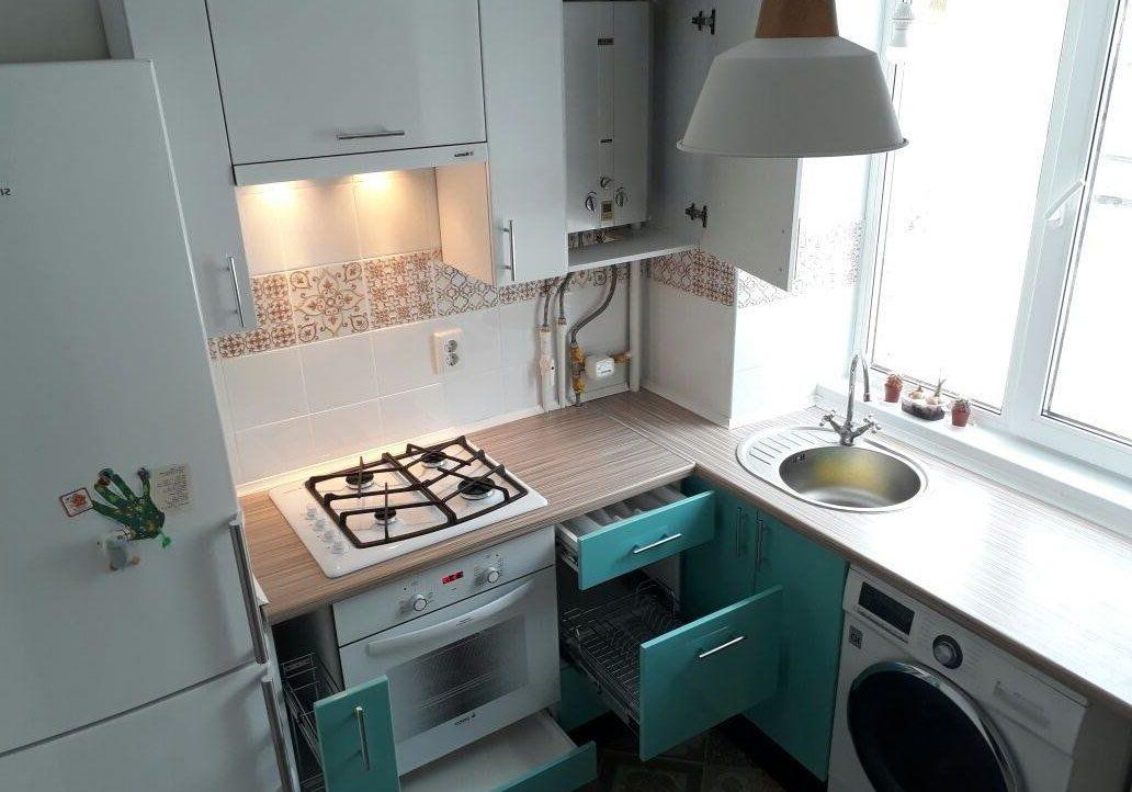 Маленькая кухня, мойка под окном