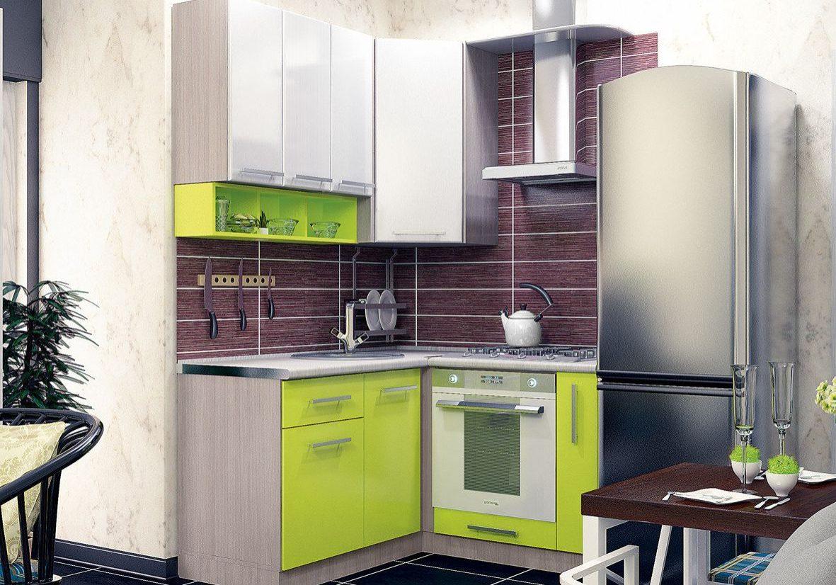 Маленькая кухня с холодильником