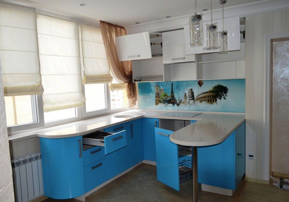 Маленькая п-образная бело-синяя кухня с барной стойкой, глянец