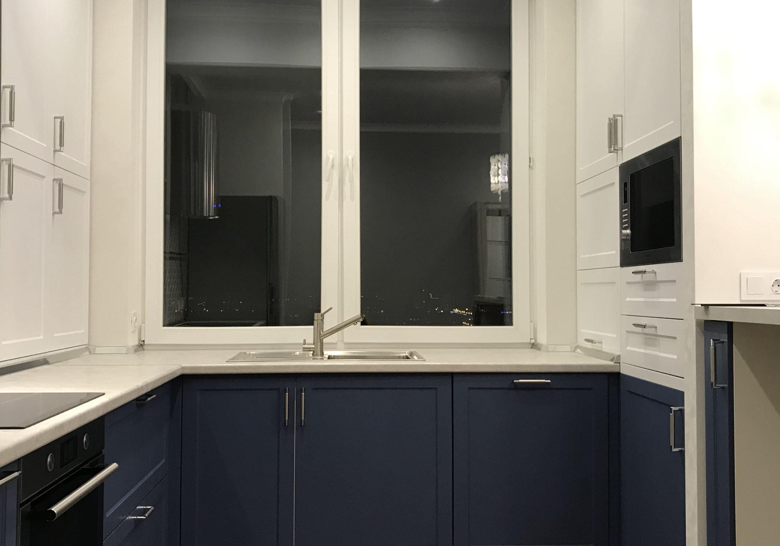 Маленькая п-образная сине-белая кухня под окно, матовая, модерн