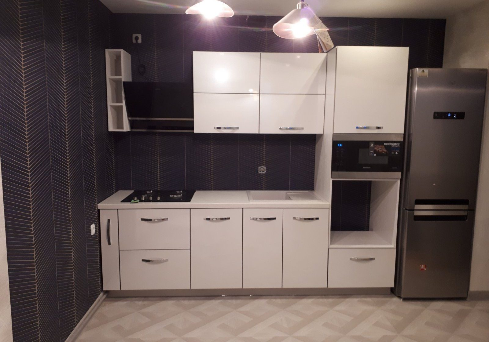 Маленькая прямая белая кухня МДФ пластик