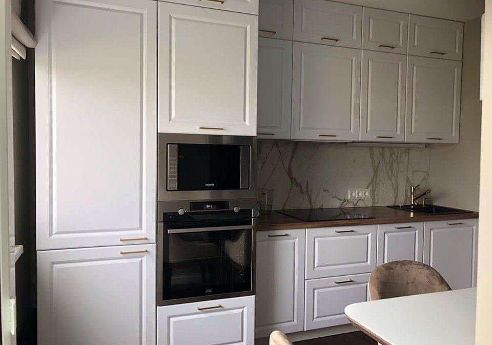 Маленькая прямая белая кухня модерн, матовая