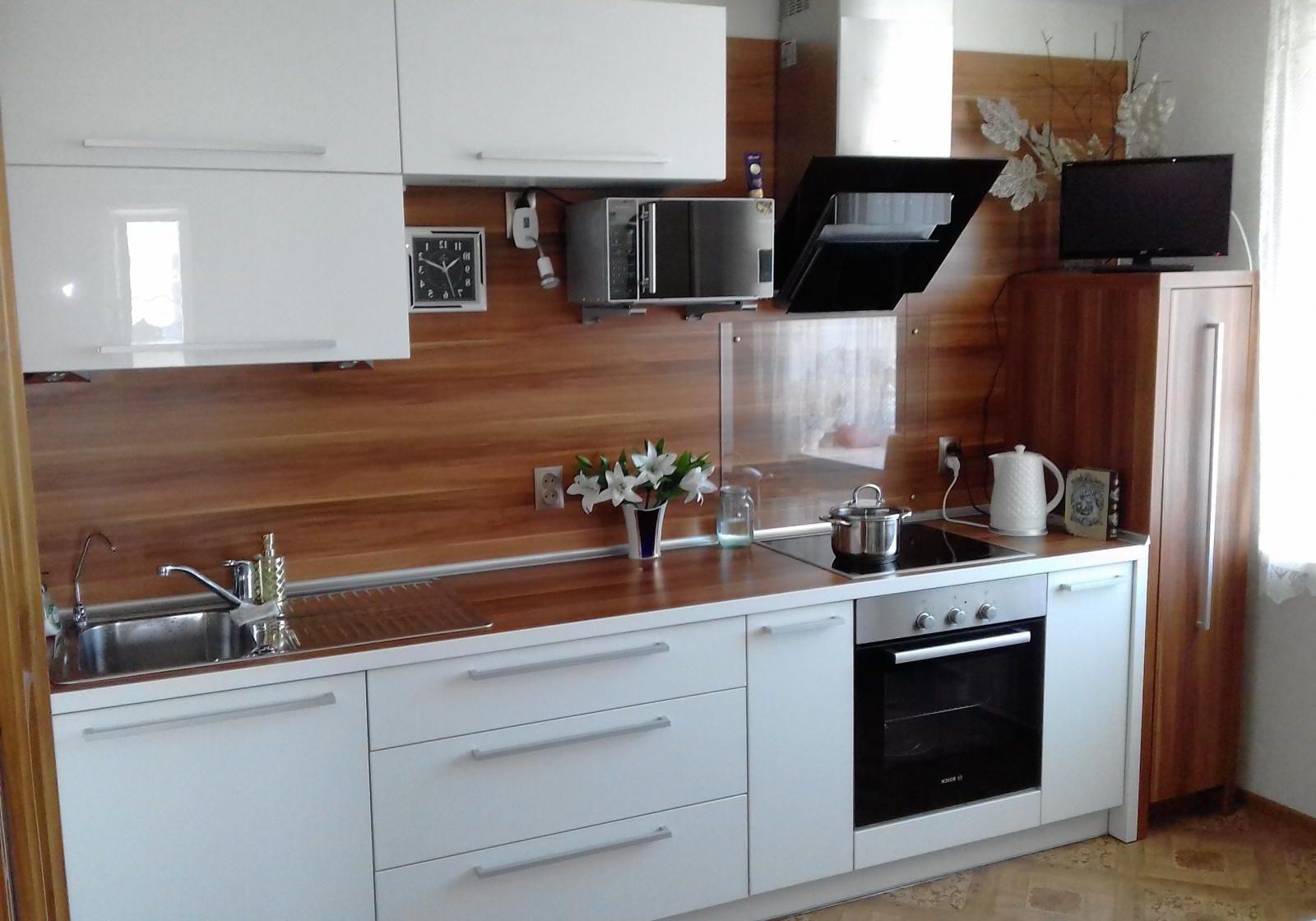 Маленькая прямая белая кухня с деревом глянец