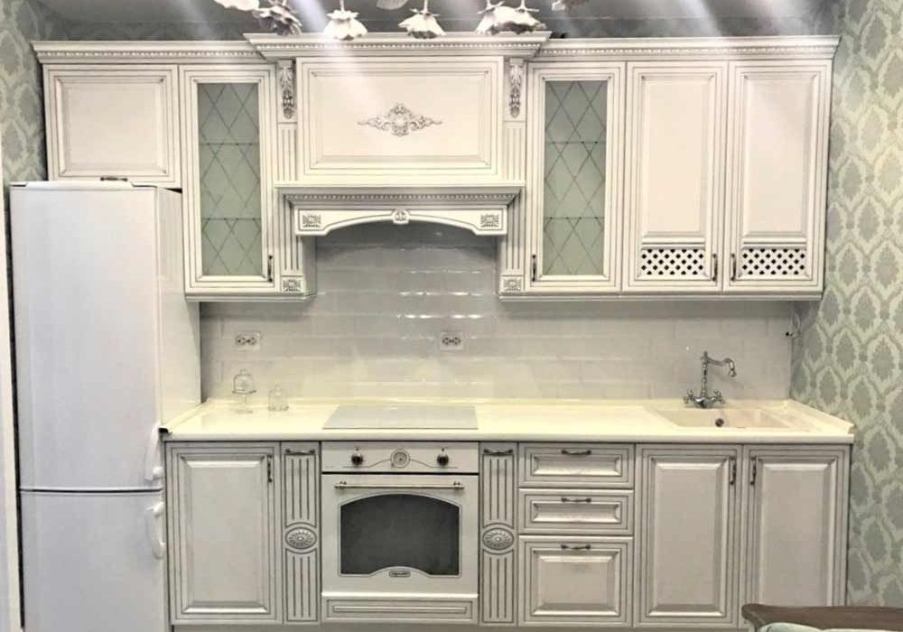 Маленькая прямая белая кухня с серой патиной