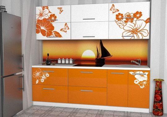 Маленькая прямая бело-оранжевая кухня с рисунком на фасаде