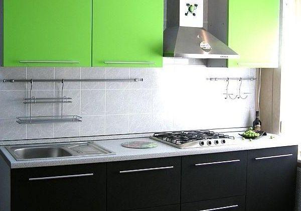 Маленькая, прямая черно-зеленаяя кухня с фасадами МДФ пленка