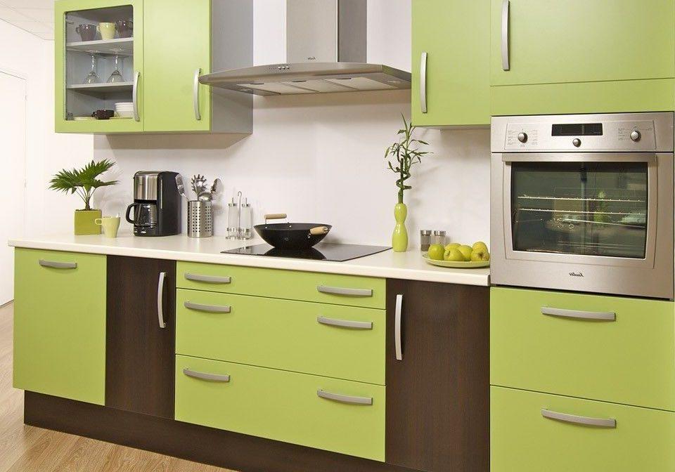Маленькая прямая коричнево-зеленая кухня