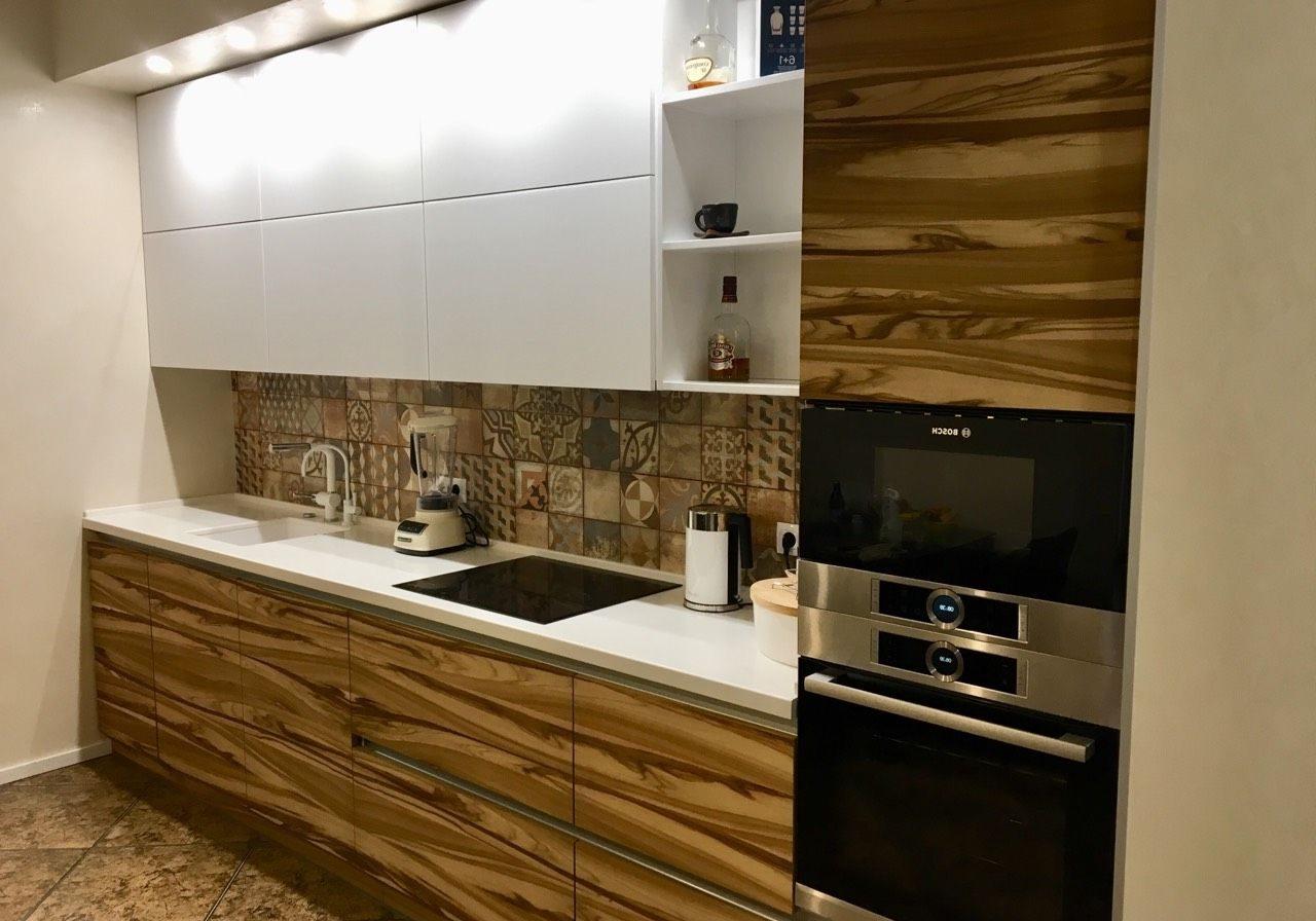 Маленькая прямая кухня, верх белый, низ под дерево, зебрано шпон
