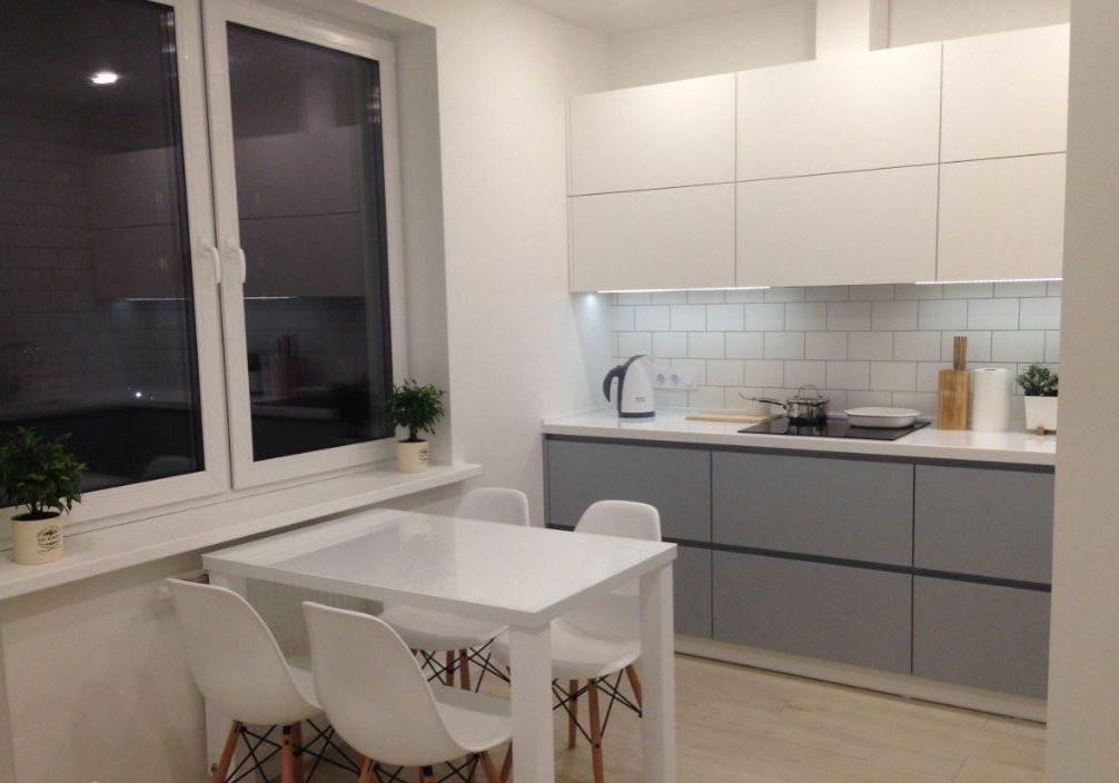 Маленькая прямая серо-белая кухня МДФ эмаль матовая