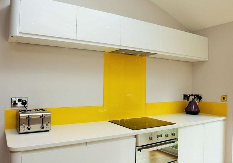 Маленькая прямая желто-белая кухня
