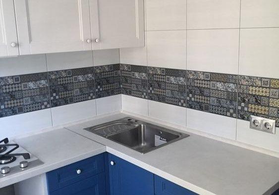 Маленькая сине-белая кухня, матовая, модерн