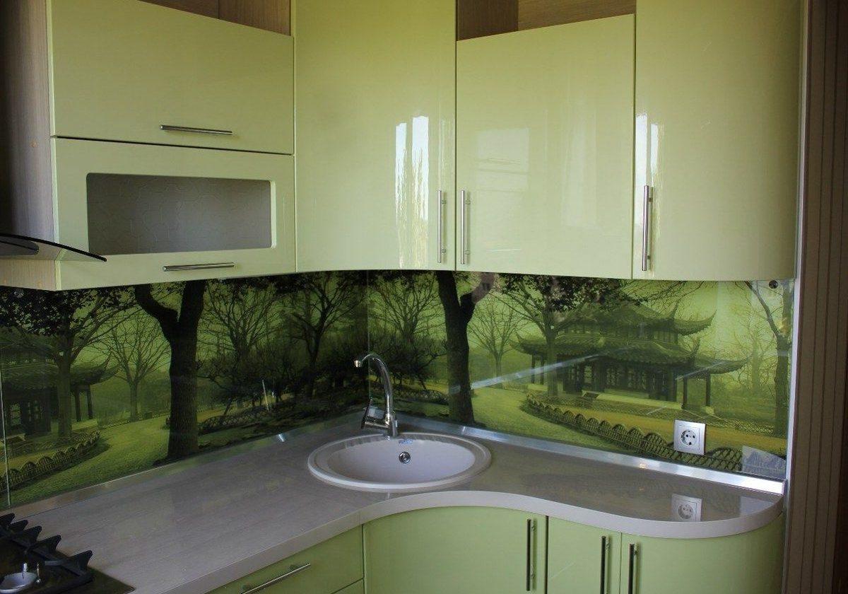 Маленькая светло-зеленая угловая кухня