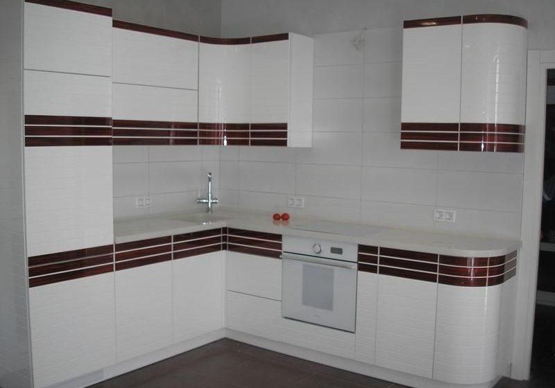 Маленькая Угловая бело-коричневая кухня глянец МДФ эмаль в полоску
