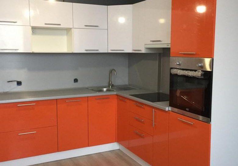 Маленькая угловая бело-оранжевая кухня глянец