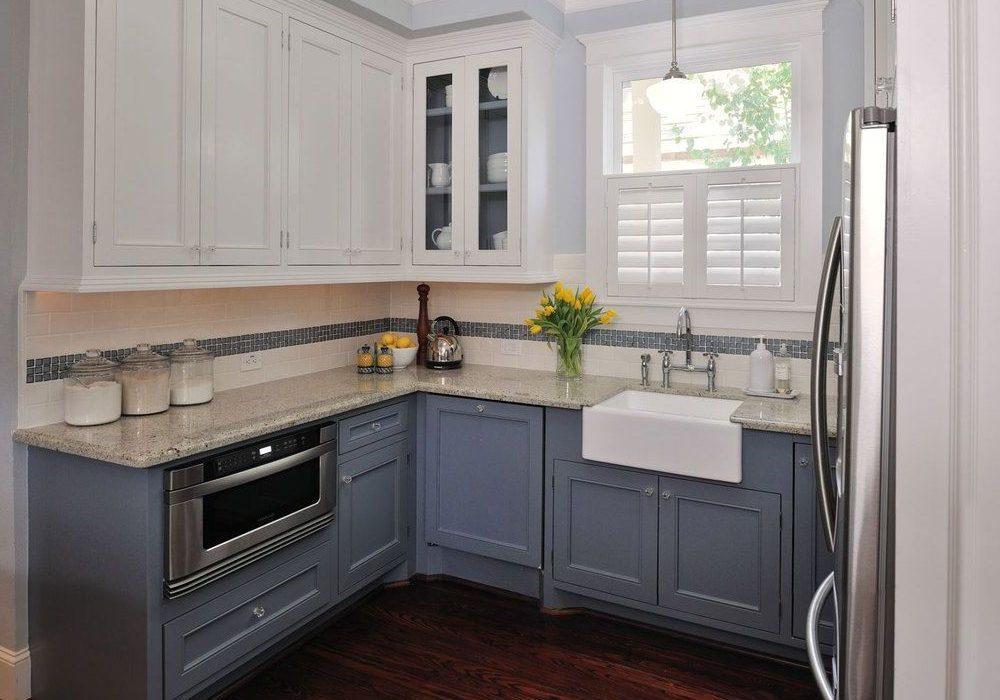 Маленькая угловая бело-серая кухня, матовая, под окно, модерн