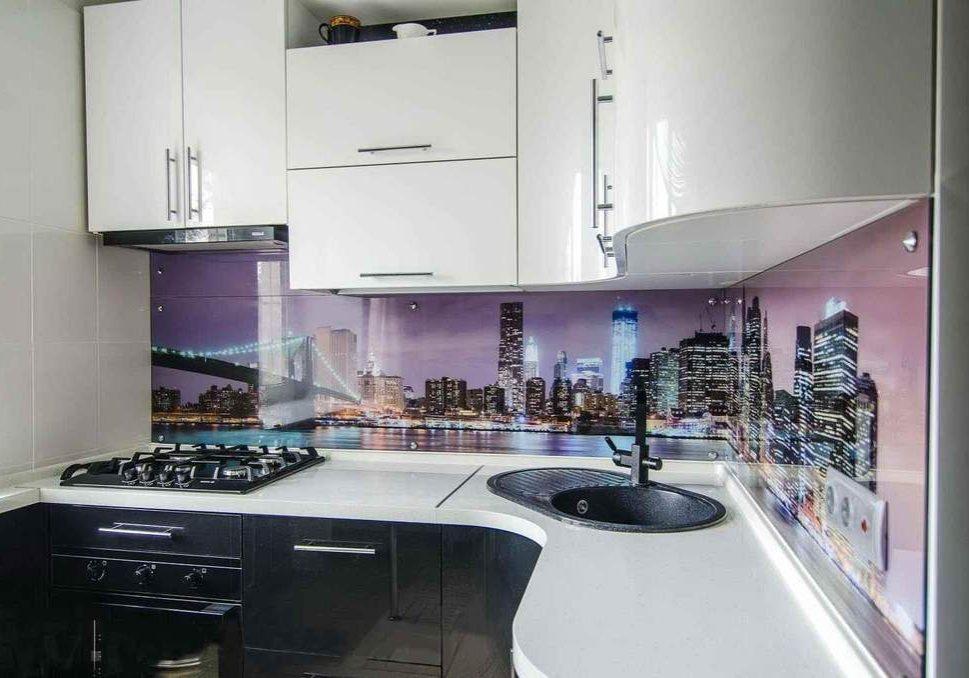 Маленькая угловая черно-белая кухня глянец