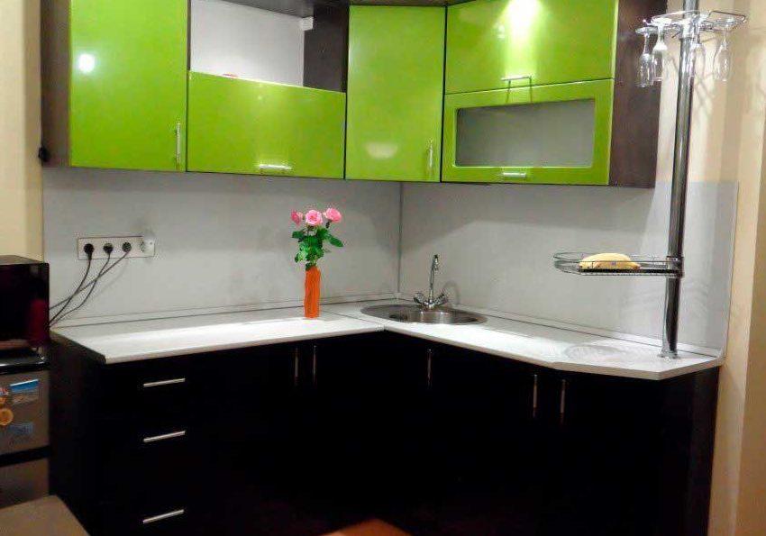 Маленькая угловая черно-зеленая кухня с фасадами пленка