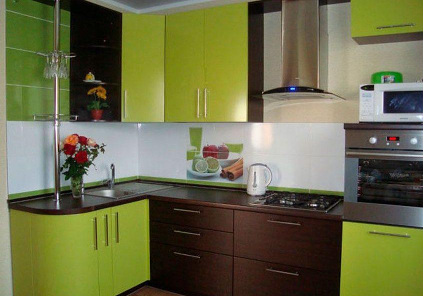 Маленькая угловая коричнево-зеленая кухня МДФ эмаль