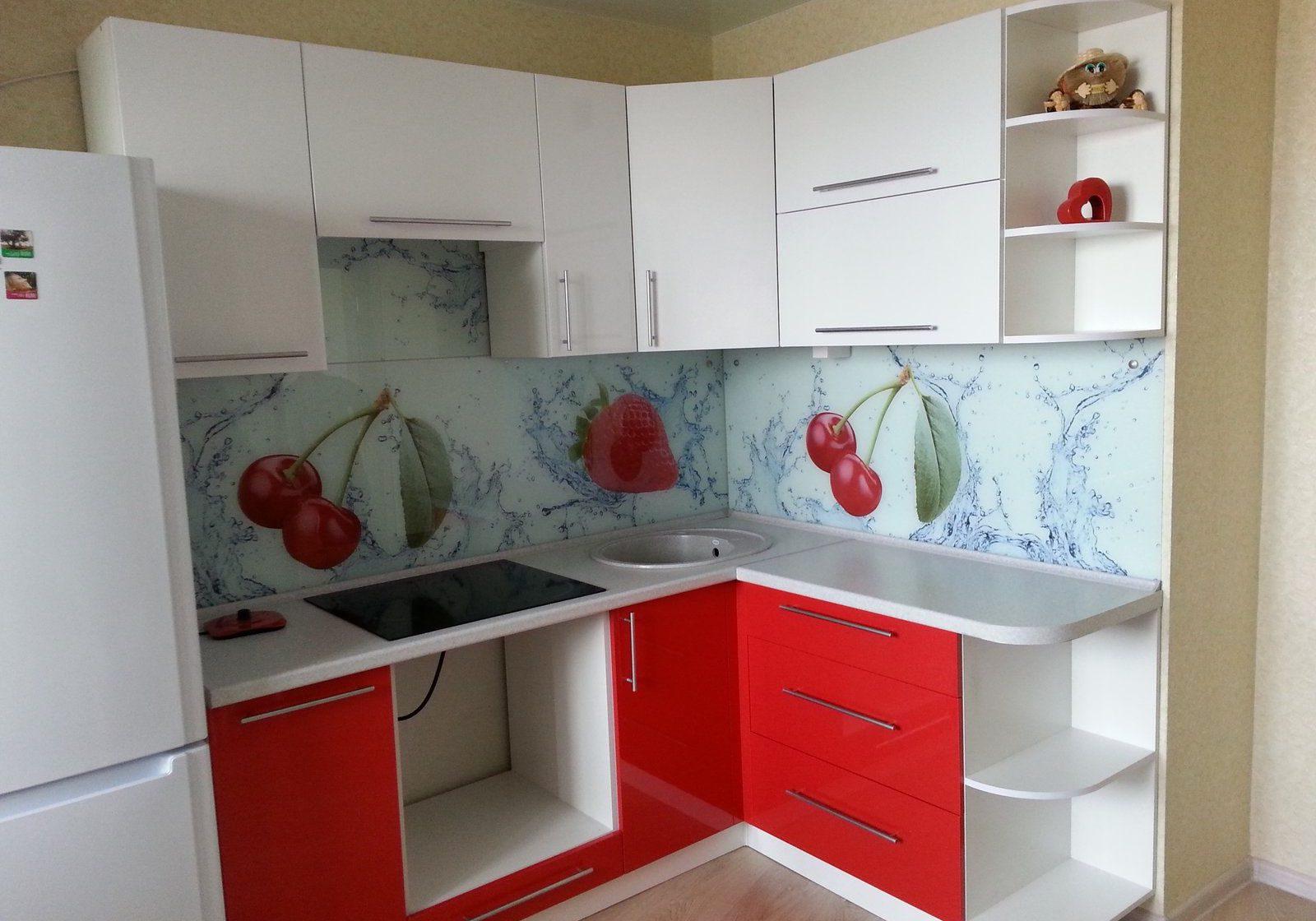 Маленькая угловая красно-белая кухня МДФ крашенный