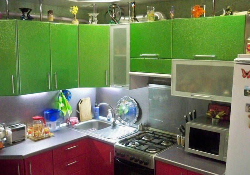 Маленькая угловая красно-зеленая кухня с блюстками МДФ эмаль