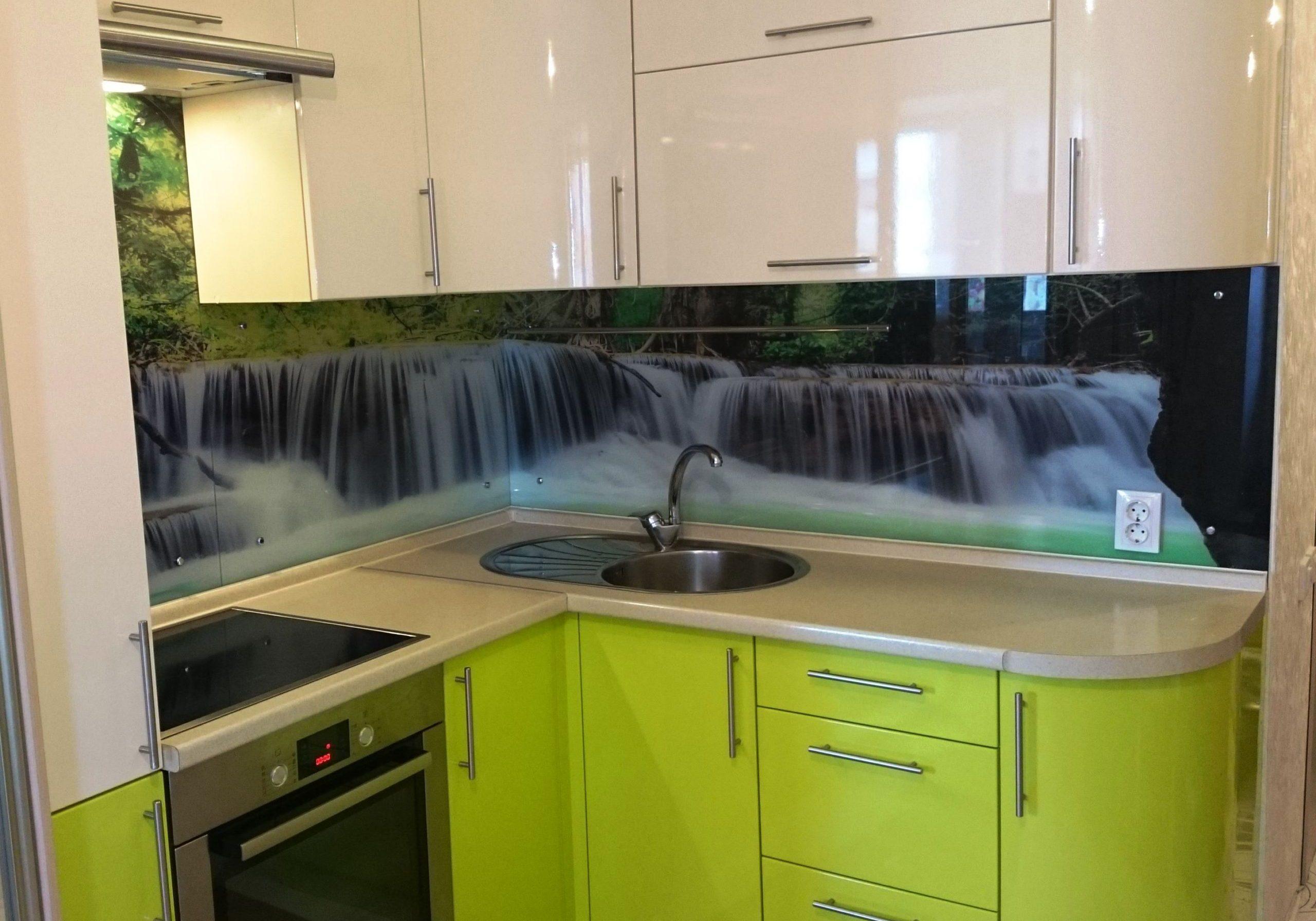 Маленкая угловая кухня бежево-зеленого цвета МДФ глянец