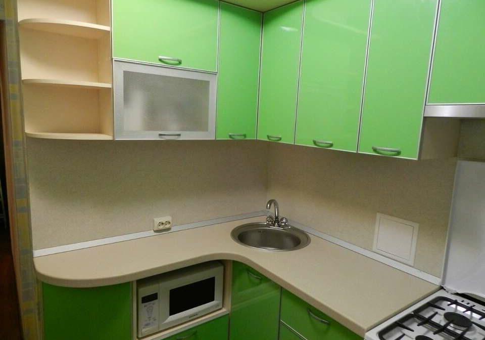 Маленькая угловая кухня с фасадами пластик