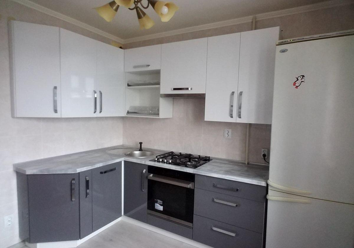 Маленькая угловая кухня серо-белого цвета пленка МДФ глянец
