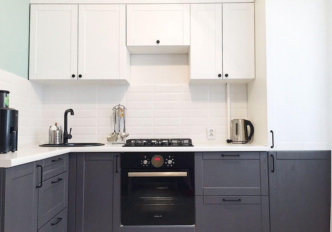 Маленькая угловая серо-белая кухня, матовая