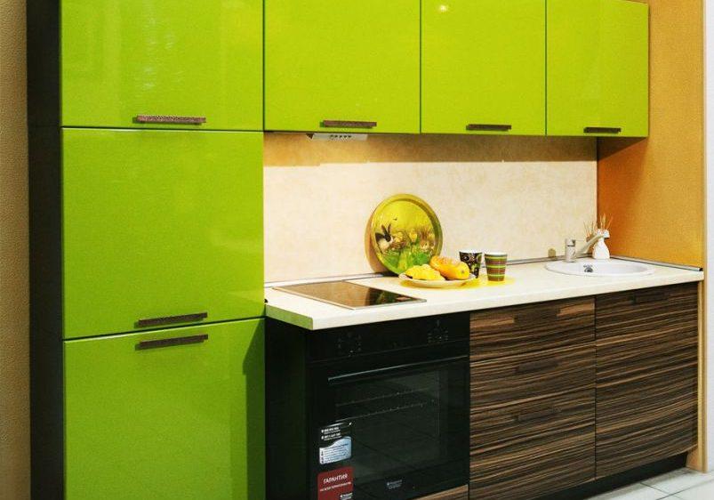 Маленькая зеленая кухня МДФ пленка глянец с деревом зебрано