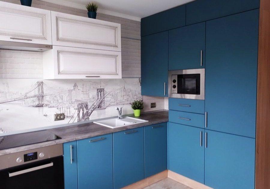 Матовая угловая сине-белая кухня с патиной, модерн