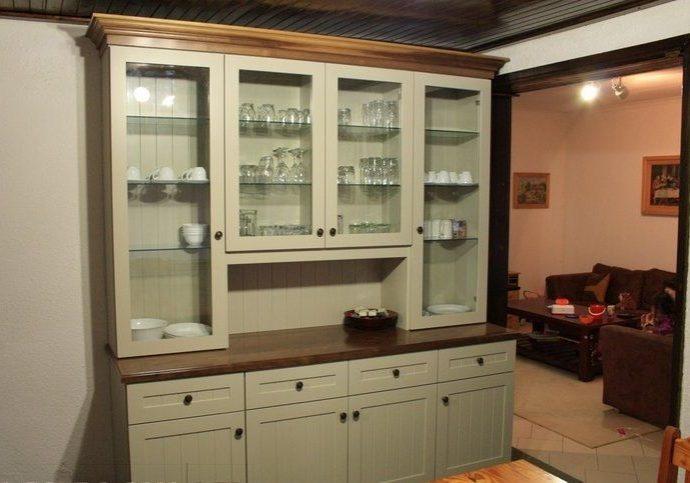 Шкафы для посуды на кухню из дерева