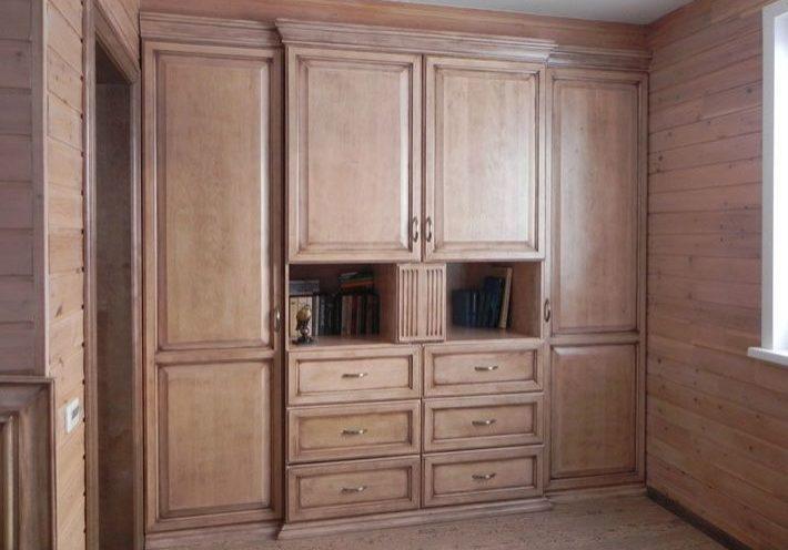 Встроенный шкаф из массива дерева