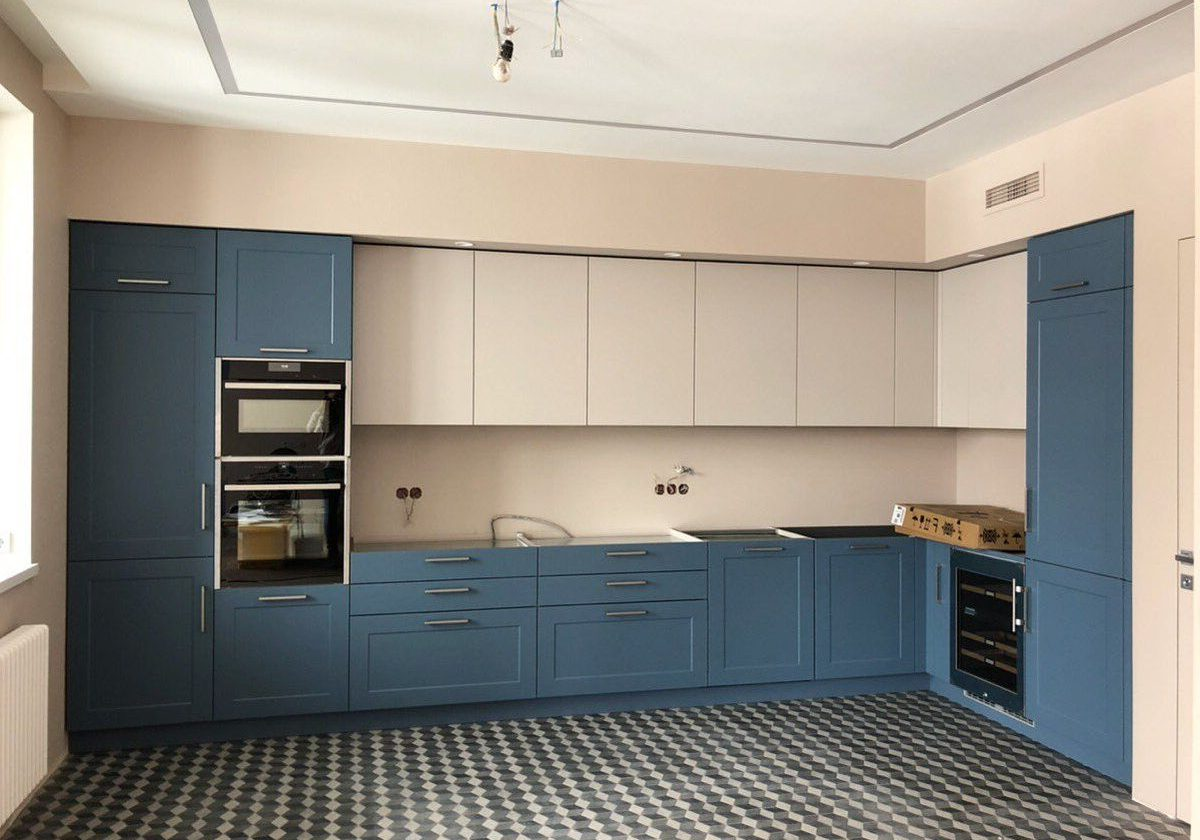 Модерн угловая сине-белая кухня, матовая